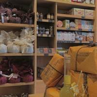 À la Saint-Blaise, selon le dicton milanais «Saint Blaise bénit la gorge et le nez», il est de coutume en Italie de manger du panettone pour combattre le mal de gorge et le rhume... Alors on prend soin de soi et on déguste du panettone, le meilleur remède qui soit ! Au limoncello, chocolat, glaçage pistache, poire choco et châtaignes. 🤗  ☎️04 84 51 07 34