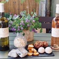 💥SAMEDI 8 MAI: Présentation des VINS du Domaine de Foltodon + accords de FROMAGES trop (trop) bons ! 🤍aromates du Ventoux (poivre, tomates séchées, graines de moutarde), Rove des Pallières de Gigondas (merci Emily!), Brocciu corse fermier (de Madame Rose) à la ciboulette et huile d'olive Les Callis et les Pavés cendrés fermiers de Manu (#Team Perno Li Font) !! 🤗 💜Domaine de Foltodon; vignoble bio familial entre Nîmes et Sommières. 💥Les Horts, rosé. Grenache & Syrah. Un vin rosé frais pour l'apéritif. Fruité, presque minéral. En bouche, attaque grasse, ronde, confite. 😻 💥Les Féréoles, blanc. Vermentino, Grenache blanc et Roussane. Un nez aromatique complexe, fruité, notes de poire et pêche, une bouche pleine de fraîcheur, charnue, goûteuse. Belle persistance finale.😻  ☎️04 84 51 07 34 💻shop.maisonmoga.fr