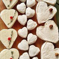 À la Maison Moga, il y a des coeurs tendres à prendre ! 🤍Coeur de Neufchâtel, Coeur de Chèvre et Petit Coeur de Bray (mini Neufchâtel) ! 😍 *Coeur avec les doigts !  ☎️04 84 51 07 34