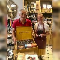 💥Réception des nouveautés du côté des épices de chez Max Daumin... aux côtés de Max Daumin ! 👋🤗 📝Max Daumin parcourt le monde, passe du temps avec les producteurs, sélectionne les terroirs, les variétés, les plants, les épices afin de vous proposer les meilleurs crus.  Les épices ont été reconnues par l'Epicure d'Or 2017, l'Epicure d'Or 2018, l'Epicure de Bronze 2019 et l'Epicure Argent 2020 (le trophée national de l'épicerie fine).  Producteur Artisan de Qualité du Collège Culinaire de France 2021. Toutes les épices sont directement sélectionnées auprès de producteurs et importées par eux-mêmes.  ☎️04 84 51 07 34 💻shop.maisonmoga.fr