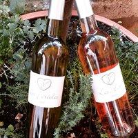 😍En Mai, bois ce qu'il te plaît ! *dicton de quelque part 😏. 💜Domaine de Foltodon; vignoble bio familial entre Nîmes et Sommières. 💥Les Horts, rosé. Grenache & Syrah. Un vin rosé frais pour l'apéritif. Fruité, presque minéral. En bouche, attaque grasse, ronde, confite. Avec une tomate mozzarella ? Aïe. 😻 💥Les Féréoles, blanc. Vermentino, Grenache blanc et Roussane. Un nez aromatique complexe, fruité, notes de poire et pêche, une bouche pleine de fraîcheur, charnue, goûteuse. Belle persistance finale. Avec des chèvres frais et des tommes ? OUI. 😻  ☎️04 84 51 07 34 💻shop.maisonmoga.fr