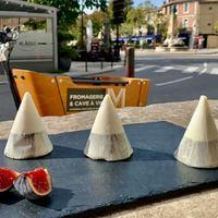 C'est NOUVEAU ! ☀️ : Le Mont Ventoux ! Un fromage de chèvre 🐐à la forme originale: un cône allongé recouvert à sa base de cendre. Lisse puis friable en raison de son affinage, c'est un fromage frais, au goût légèrement acidulé.  ☎️04 84 51 07 34 💻shop.maisonmoga.fr