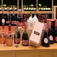 Dress code du mercredi: ROSE. 💖 Faites scintiller votre week-end avec notre sélection de Champagnes rosés ! 💓🥂🍾  ☎️04 84 51 07 34